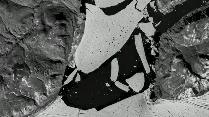 Na Grenlandii odłamał się ogromny fragment lodowca. Widać to na zdjęciach z satelity