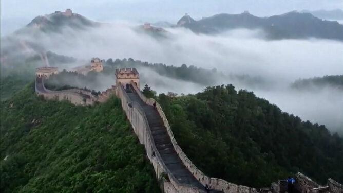 Wielki Mur Chiński spowity chmurami